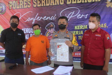 Welman Damanik Terduga Pelaku Pemalsu Surat Keterangan Tanah Dalam Konferensi Pers Polres Serdang Bedagai, Sabtu (09/10/2021)