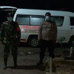 Petugas Kepolisian Polres Sergai saat mengawal pemakaman jenazah dengan menerapkan protokol kesehatan. Foto: Humas Polres Sergai