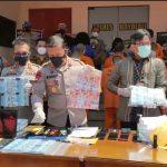 Kapolres Boyolali AKBP Morry Ermond menunjukkan barang bukti dari pengungkapan sindikat pemalsu uang. FOTO: Agung Santoso