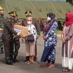 Danrem 022/PT Kolonel Inf.Parlindungan Hutagalung Saat Menyerahkan Paket Bantuan Secara Simbolis Kepada Masyarakat, Selasa (05/10/2021)